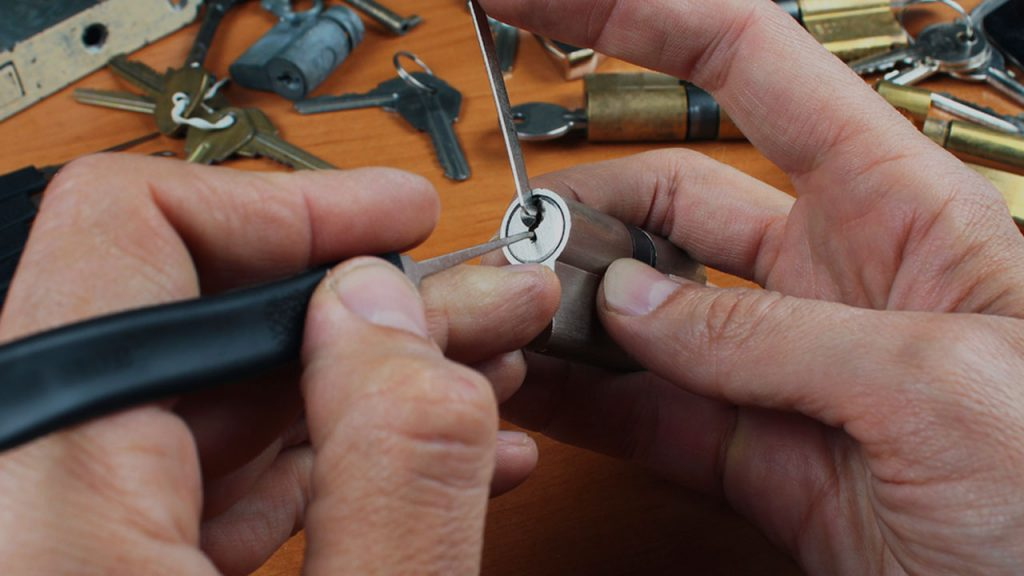 How to become a certified locksmith